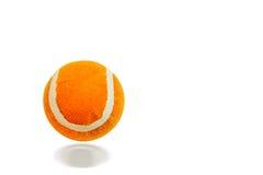 Orange Ball auf weißem Hintergrund Stockfotografie