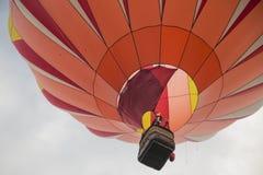 Orange ballong för varm luft i himlen Arkivfoton