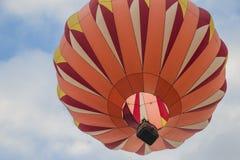 Orange ballong för varm luft i himlen Fotografering för Bildbyråer