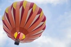 Orange ballong för varm luft i himlen Royaltyfri Fotografi