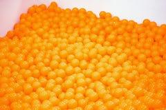 Orange Ballpool Viele orange Bälle im Kasten Spielerische Tätigkeit für Kinder lizenzfreies stockbild