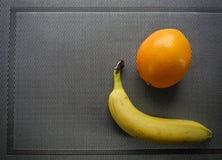 Orange banan, tropiska frukter på tabellen arkivbild