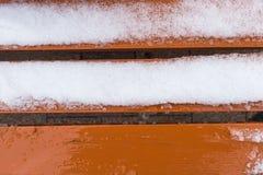 Orange Bank bedeckt im Schnee Stockbild