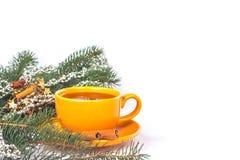 Orange Becher auf einem Weihnachtshintergrund Stockfoto