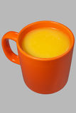 Orange Becher und Saft Stockfotos