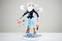 Orange blaue Katze des Porzellan Brunettemädchenwinters Stockfoto