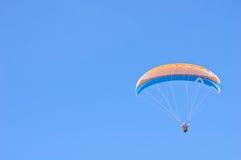 Orange blauer heller Gleitschirm im blauen Himmel Lizenzfreies Stockfoto