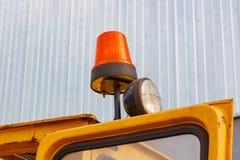Orange Blinklicht auf einer Gabelstaplernahaufnahme Stockfoto