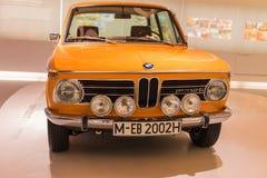 Orange BMW 2002ti - Oldtimer lizenzfreie stockfotografie