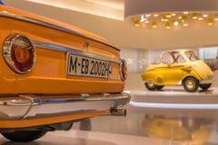 Orange BMW 2002ti u. gelbes BMW Isetta stockfotos