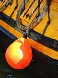 Orange Boje auf Segelschiffseite, Litauen Stockfoto