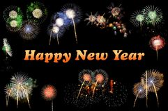 Orange bokstäver lyckligt nytt år och exponeringar av fyrverkerier royaltyfria foton