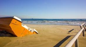 Orange Boot in den Sanden des Winterstrandes, der auf die Sommermonate wartet, um anzukommen, Zypern lizenzfreies stockbild