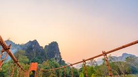 Orange bro över sångfloden i Vang Vieng, Laos Arkivfoto