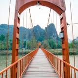 Orange bro över sångfloden i Vang Vieng, Laos Arkivfoton