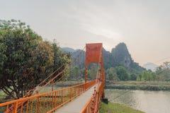 Orange bro över sångfloden i Vang Vieng, Laos Royaltyfria Bilder