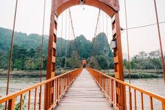 Orange bro över sångfloden i Vang Vieng, Laos Arkivbilder