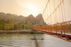 Orange bro över sångfloden i Vang Vieng, Laos Royaltyfri Fotografi