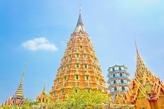Orange buddistisk pagod och tempelloppställe i Thailand Fotografering för Bildbyråer