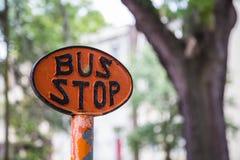 Orange Bus-Stoppschild Lizenzfreie Stockbilder