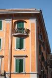 Orange byggnad med gröna träslutare, Rome Italien fotografering för bildbyråer