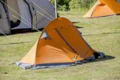 Orange campa tält royaltyfri bild