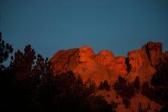 Orange chaud de lever de soleil chez le mont Rushmore photo libre de droits