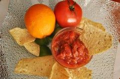 Orange Chips und Salsamehrlagenplatte Stockfotos