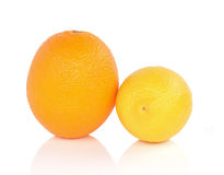Orange citron med vit bakgrund arkivfoton