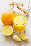 Orange, citron, smoothies d'énergie de gingembre Photographie stock libre de droits