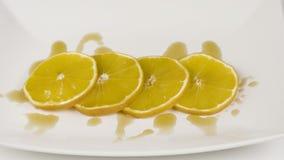 Orange coupée en tranches avec le sirop d'érable Photo stock