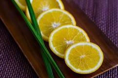 Orange coupée en tranches d'un plat en bois Photographie stock libre de droits