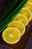 Orange coupée en tranches d'un plat en bois Image libre de droits