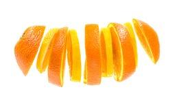Orange coupée en tranches et citron volants d'isolement sur le fond blanc fruit mélangé de formone de morceaux d'orange et de cit Images libres de droits