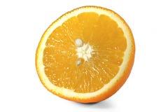 Orange coupée en tranches parfaitement retouchée d'isolement sur le fond blanc avec le chemin de coupure Lets voient ce qui se pr Photo libre de droits