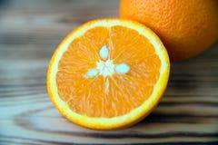 Orange orange orange coupée en tranches sur la photo en bois de macro de fond Photographie stock libre de droits