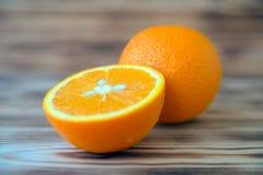 Orange orange orange coupée en tranches sur la photo en bois de macro de fond Image libre de droits
