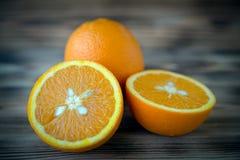 Orange orange orange coupée en tranches sur la photo en bois de macro de fond Image stock