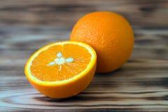 Orange orange orange coupée en tranches sur la photo en bois de macro de fond Photo libre de droits