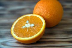 Orange orange orange coupée en tranches sur la photo en bois de macro de fond Images libres de droits