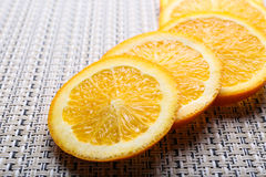 Orange coupée en tranches sur la table Photos stock