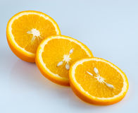 Orange coupée en tranches sur un fond bleu-clair Image libre de droits