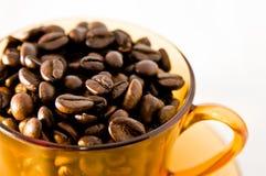 Orange Cup mit cofee Bohnen Lizenzfreie Stockbilder