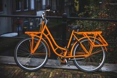 Orange cykel royaltyfria bilder
