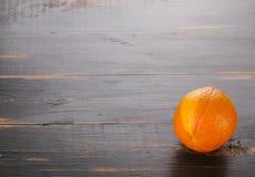 Orange d'agrume sur le fond en bois foncé photographie stock libre de droits