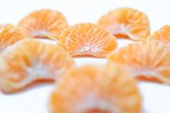 Orange d'isolement, collection de fruits entiers oranges ou de cl?mentine et de segments ?pluch?s image stock
