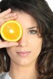 Orange d'oeil de revêtement de femme Images libres de droits