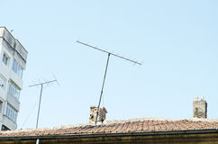 Orange Dachplatten, Kamin und alte Entsprechungs-Fernsehantenne Lizenzfreie Stockfotografie