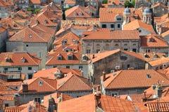 Orange Dachspitzen in Dubrovnik, Kroatien stockfotos