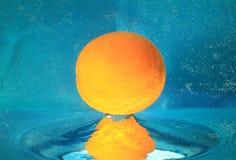 Orange dans l'eau Images stock